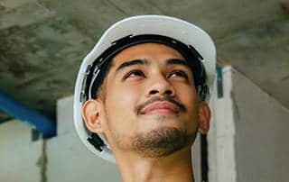 junger Bauführer der prüft und kontrolliert