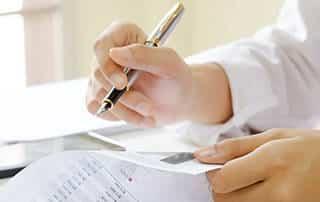 Frau hält Stift in der Hand